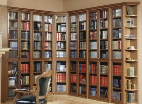 Угловая библиотека в классическом стиле.